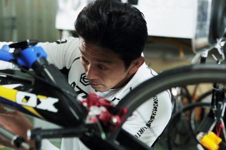 サムネイル:レーサーのメンテナンス中の松永選手