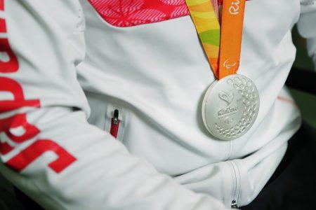 サムネイル:リオデジャネイロパラリンピックで佐藤選手が獲得した銀メダル